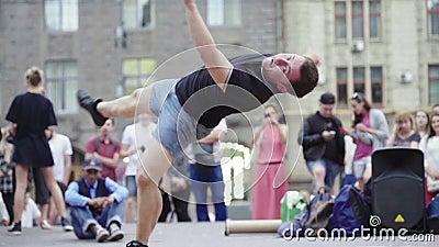 Mężczyzna tańczący na śniadaniu na ulicy Wolny ruch Kijów Ukraina