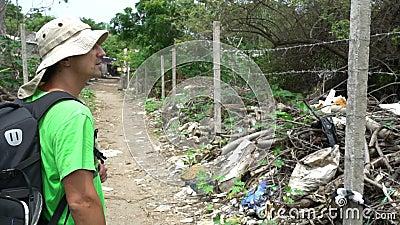 Mężczyzna touris patrzeje slamsy z usypem śmieciarska ubóstwo podróż pełno Asia, niedola atakowali teren, biedny utrzymanie zdjęcie wideo