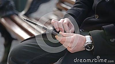 Mężczyzna trzyma pastylkę zbiory wideo