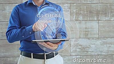 Mężczyzna używa hologramu z tekstem Globalny rynek zbiory wideo