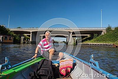 Mężczyzna w łodzi przy rzeką