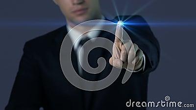 Mężczyzna w kostiumu macania ekranie, odcisk palca dostęp, nowożytne technologie, przyszłość zbiory wideo