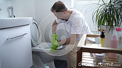 Mężczyzna z gumową rękawiczką czyści toaletowego puchar zdjęcie wideo