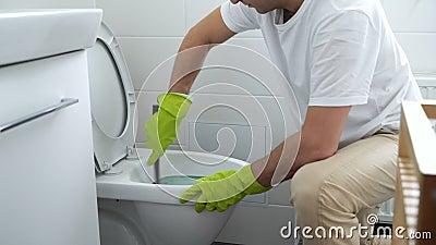 Mężczyzna z gumową rękawiczką czyści toaletowego puchar zbiory wideo