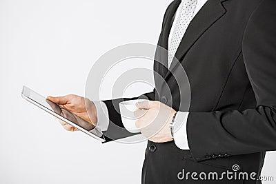 Mężczyzna z pastylki filiżanką kawy i komputerem osobistym