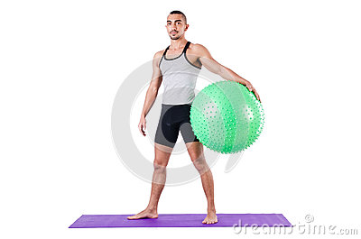 Mężczyzna z szwajcarską piłką robi ćwiczeniom