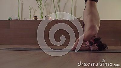 Mężczyzna zaczyna robić trudnej joga pozie - kierownicza pozycji równowaga zbiory
