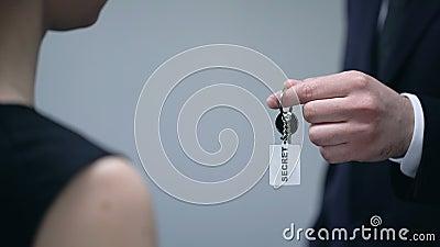 Męscy daje kobieta klucze Tajna informacja, upoważnienie do dostępu do informacji niejawnych, dane przeciek zbiory