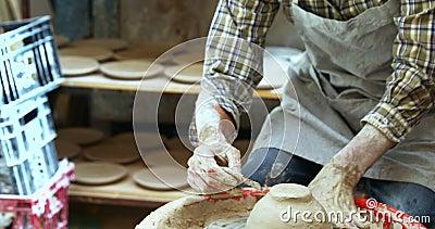 Męska garncarka przeznaczać do rozbiórki out ekstra glinę od ceramicznego pucharu 4k zdjęcie wideo