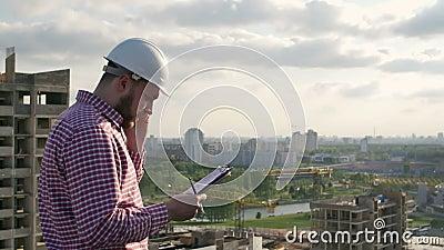 Męski inżynier dyskutuje projekt na telefonie zbiory wideo