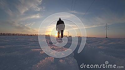 Męski pracownik w ciepłych odzieżowych i ciepłych butach iść na zimnym zima dniu w śniegu wzdłuż linii energetycznej zbiory wideo