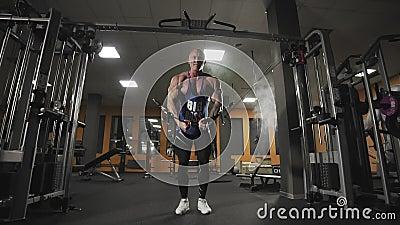 Męskiego bodybuilder klatki piersiowej stażowi mięśnie w zwolnionym tempie zbiory