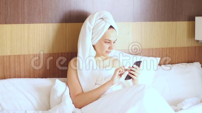 Młoda ładna dziewczyna po prysznicu otrzymuje nieprzyjemną wiadomość i przysięga mocno zbiory wideo