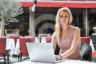 Młoda biznesowa kobieta używa podołka wierzchołek