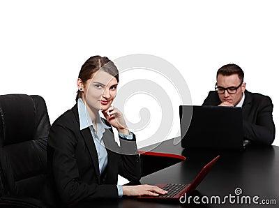 Młoda Biznesowa para na laptopach