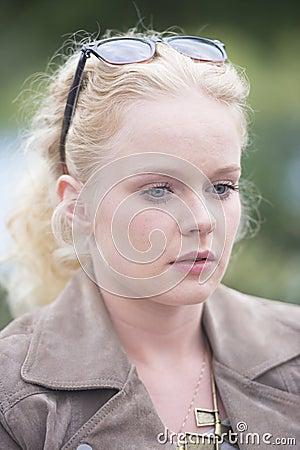 Młoda blond kobieta osamotniona i rozważna