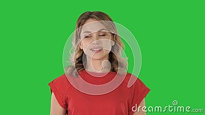 Młoda caucasian kobieta wskazuje z ręką i palcem strona na Zielonym ekranie, Chroma klucz zbiory