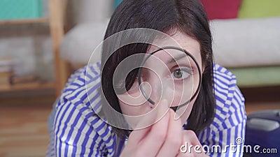 Młoda kobieta bada włosy zwierzęcia szkłem powiększającym zbiory wideo