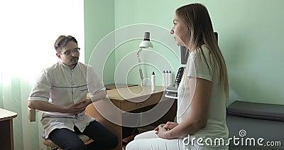 Młoda kobieta opowiada lekarka przy kliniką zbiory wideo