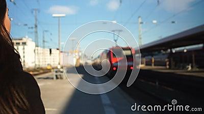 Młoda kobieta póżno dla elektrycznego pociągu, zły początek dzień roboczy, desperacka emocja zbiory wideo