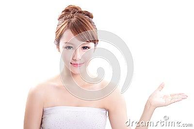 Młoda kobieta pokazuje piękno produkt