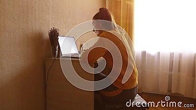 Młoda kobieta pracuje w domu z laptopem na zamknięciu biurka HD zbiory wideo