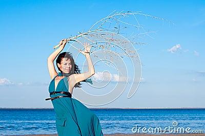 Młoda kobieta przy plażą