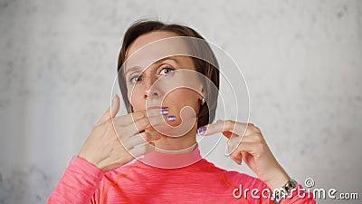 Młoda kobieta robi twarz masażowi i odmłodnieje ćwiczenia stać na czele kamerę Porrtait kobieta robi twarzowym gimnastyk ćwiczeni zbiory