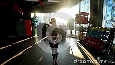 Młoda kobieta w dobrej kondycji Młoda kobieta na siłowni zbiory