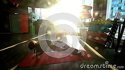 Młoda kobieta w dobrej kondycji Młoda kobieta na siłowni zbiory wideo