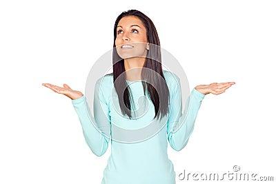 Młoda kobieta z rękami otwierać