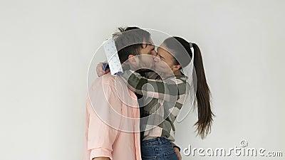 Młoda para naprawia nowe mieszkanie Mają doskonały nastrój Pocałunek mężczyzny i kobiety zbiory wideo