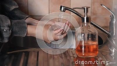 Młode Kobiety Myjące Ręce Mydłem W Zapobieganiu Zlewom COVID-19 zbiory