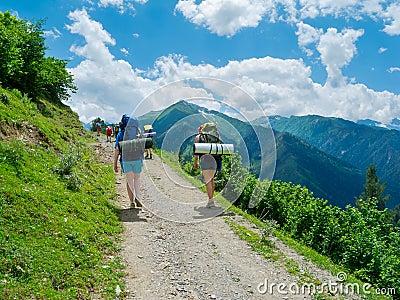 Młode kobiety trekking w Svaneti,