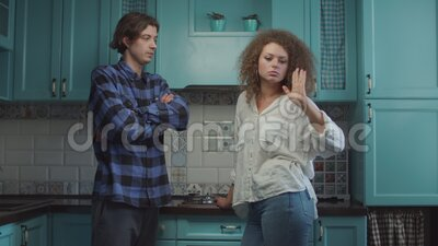 Młode 20-latki kłóciły się w niebieskiej kuchni w domu, chłopak krzyczał oskarżając dziewczynę Rodzina zazdrosna zdjęcie wideo
