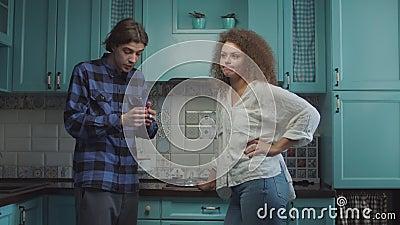 Młode 20-latki kłóciły się w niebieskiej kuchni w domu, chłopak krzyczał oskarżając dziewczynę Rodzina zazdrosna zbiory