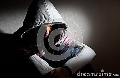 Wzburzona dziewczyna w kapiszonie