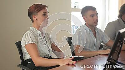 Młody żeński caucasian lider zespołu przewodniczy sala posiedzeń spotkania z pomyślnymi biznesowymi kolegami zbiory wideo