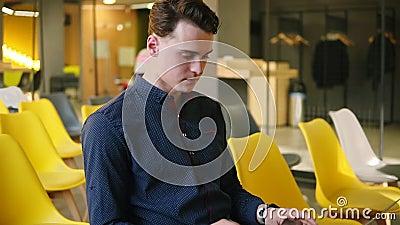 Młody atrakcyjny facet używa przyrząda Pracować na laptopie Działanie przestrzeń zbiory wideo