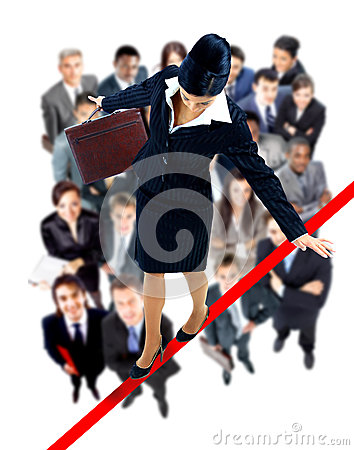 Młody biznesowej kobiety odprowadzenie na balansowanie na linie prawie