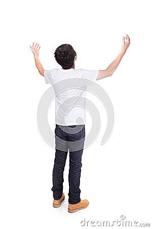 Młody człowiek beztroskie szeroko rozpościerać ręki