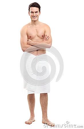 Młody człowiek jest ubranym ręcznika