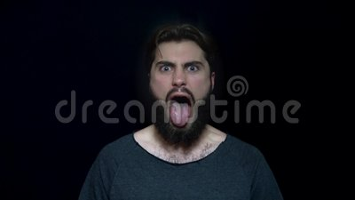 Młody człowiek wtyka za furii w z brodą i jęzor Gniewny młody człowiek obłąkanie z otwartym usta Istota ludzka twarzowa zbiory wideo