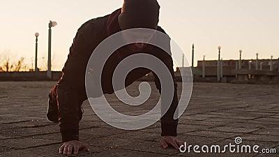 Młody mężczyzna na wieczornym treningu na zewnątrz Tło zachodniego słońca w mieście Fitness i sport zbiory