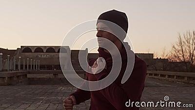Młody mężczyzna na wieczornym treningu na zewnątrz Tło zachodniego słońca w mieście Fitness i sport zdjęcie wideo