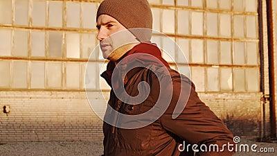 Młody mężczyzna na wieczornym treningu na zewnątrz Tło zachodniego słońca w mieście Fitness, jogging i sport zbiory wideo