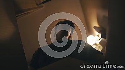 Młody mężczyzna trzymający pudełko i chodzący do swojego pokoju zdjęcie wideo