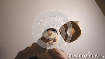Młody mężczyzna wypełnia pudełko papierem toaletowym zdjęcie wideo