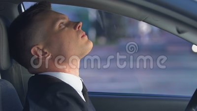 Młody mężczyzna zażywający pigułki przed jazdą samochodem, niebezpieczne skutki uboczne dla kierowcy zdjęcie wideo