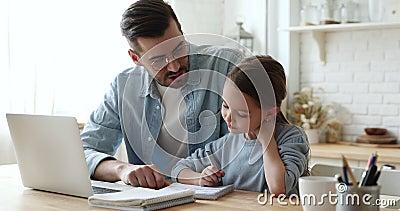 Młody ojciec wyjaśnia pracę domową pomagając dziewczynce w studiach zbiory wideo